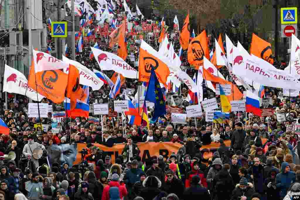 Колонна людей на Марше Немцова в Москве