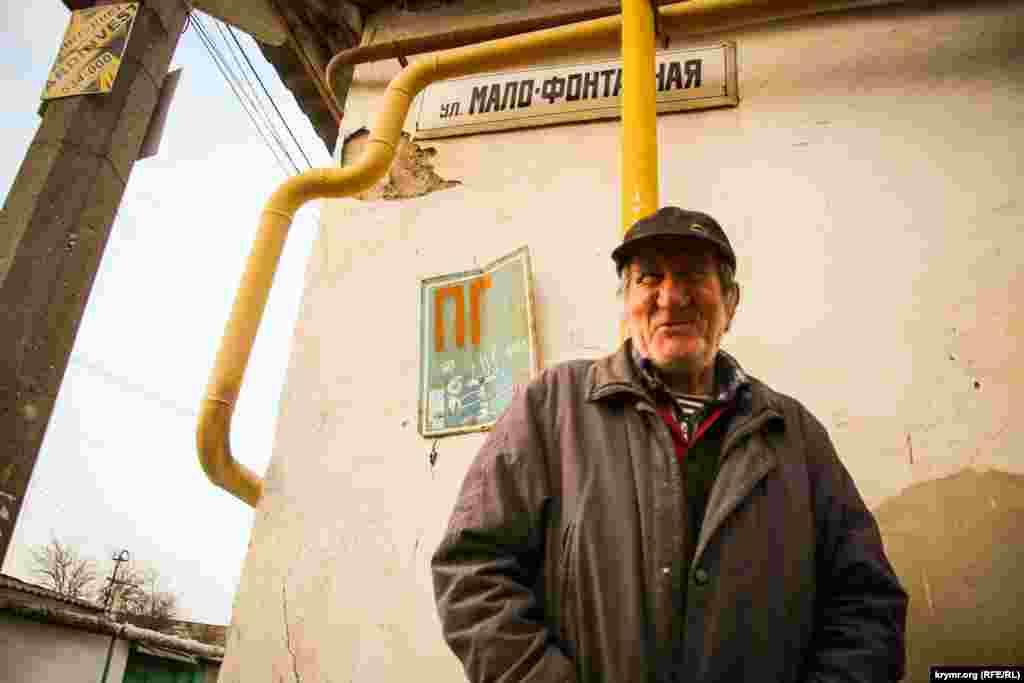 Павел Степанович, житель старого города, добряк в душе, рассказал, что родился в 1942 году. Много где побывал за жизнь, но вернулся домой в Симферополь.