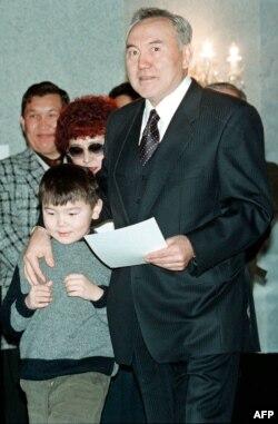Айсултан Назарбаев с дедушкой Нурсултаном, январь 1999