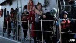 Мигранты в греческом порту Митилини, 4 апреля 2016