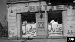 Эта фотография сделана в Берлине в ноябре 1938 года. Теперь тезис о всемирном еврейском заговоре высказывают в более завуалированных формах