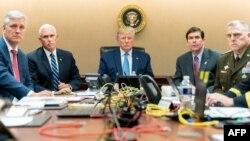 """Трамп с советниками в """"ситуационной комнате"""" Белого дома"""
