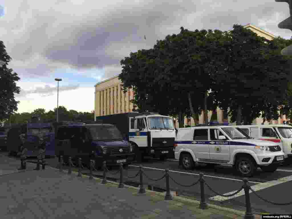 Главные улицы и площади города оцеплены техникой и солдатами внутренних войск