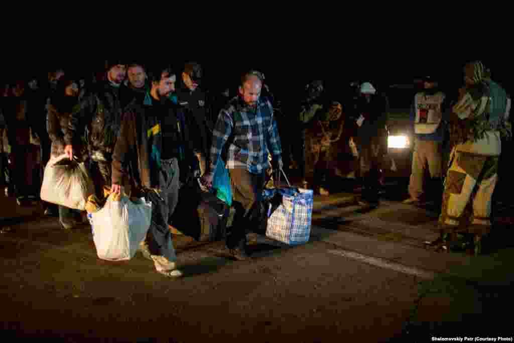 Сторонники сепаратистов уходят с украинской территории