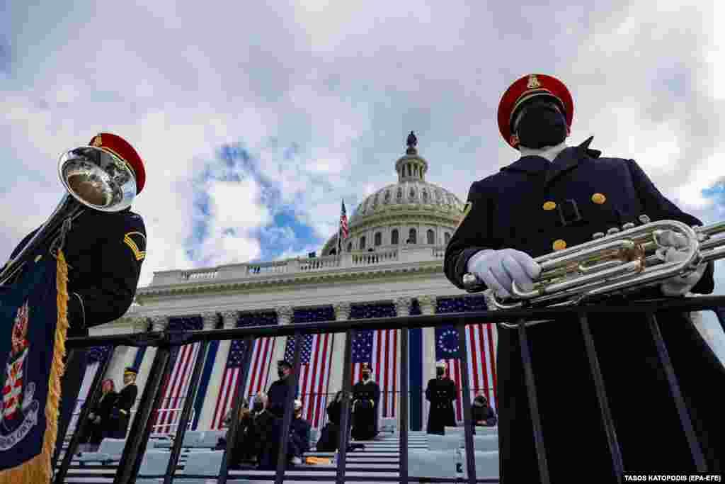 Традиционно на церемонии играет военный оркестр, эта традиция и в нынешнем году осталась неизменной