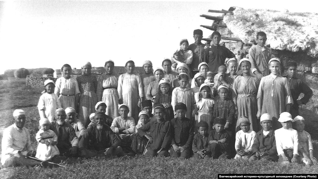 """Жители села. Степной Крым, 1920-е В крымской степи скотоводство сочеталось с земледелием. Начало сева, время снятия урожая в общине происходило в один день и определялось советом старших. Пословица крымских татар """"косить – раскачиваться, жать – приседать, а вот на яйле только сыр прессуют"""" означала, что труд земледельца считался более тяжелым, чем труд скотовода"""