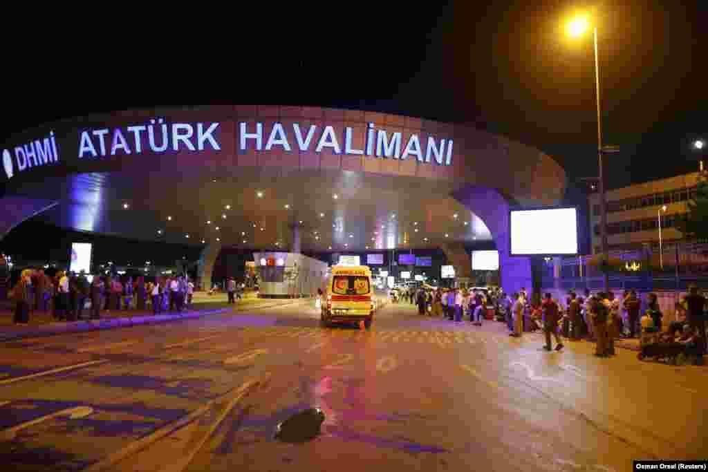 В 2015 году аэропорт Ататюрка вошел в тройку самых крупных аэропортов Европы после лондонского Хитроу и аэропорта Шарля де Голля в Париже