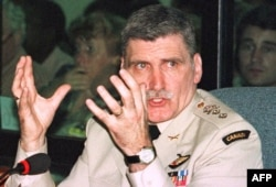 Канадский генерал Ромео Даллер винил себя в том, что не смог предотвратить геноцид и даже пытался покончить с собой. Он написал воспоминания о геноциде в Руанде