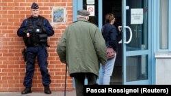 Полицейский у входа на участок для голосования во Франции, 23 апреля 2017 года