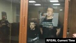 Егор Лесных (слева) и Максим Мартинцов в Мещанском суде