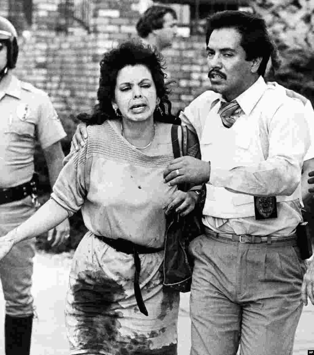 """18 июля 1984 года в """"Макдональдс"""" в городке Сан-Исидро ворвался человек с полуавтоматической винтовкой в одной руке и пистолетом в другой и открыл огонь по посетителям. В тот день погиб 21 человек, 16 были ранены. Нападавшим оказался 41-летний безработный Джеймс Оливер Хаберти. По сообщениям в СМИ, он употреблял ЛСД, а по воскресеньям посещал церковь."""