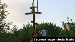"""На часовню в Головинском парке в Москве устанавливают крест. Фото: группа """"Храм в Головино"""""""