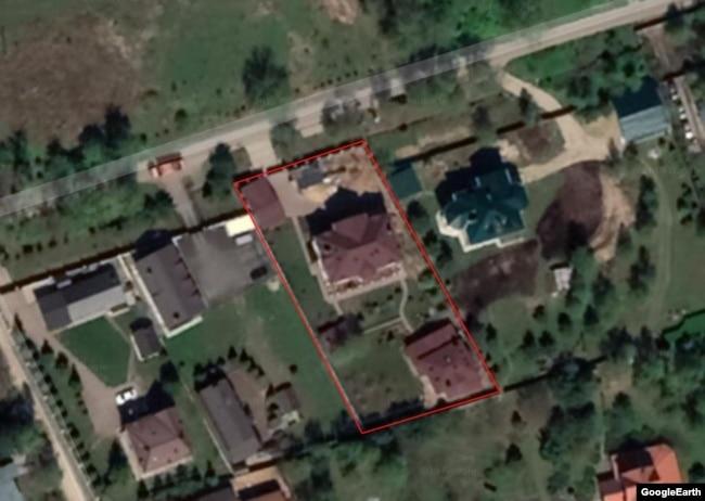 Спутниковый снимок дачи Валерия Герасимова. Сверху вниз: гараж, главное строение и баня