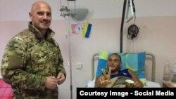 """Вячеслав Константиновский (слева) в Киевском военном госпитале. Часть денег, вырученных от продажи автомобиля """"Роллс-Ройс"""", бизнесмен пожертвовал на нужды раненых"""