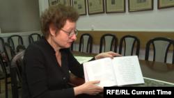 Алла Хемлин с книгой Марины Каннер и Елены Цыбулиной