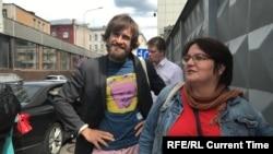 Петр Верзилов и Юлия Галямина 9 июля у здания Следственного комитета до допроса депутата