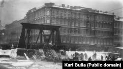 Спасение лошадей, оказавшихся в ледяной воде из-за обрушения Египетского моста через Фонтанку. Санкт-Петербург, 20 января (2 февраля) 1905 года. Обрушение произошло в момент, когда по мосту проходил лейб-гвардии Конно-гренадерский полк. Обошлось без человеческих жертв, но три лошади погибли