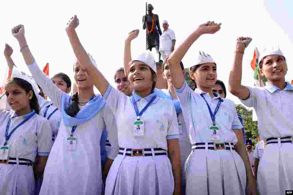 В школах Индии принято носить белую форму с голубыми воротничками