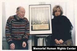 Арина и Александр Гинзбурги на фоне афиши спектакля «Zeks». Париж, 1988 год. Архив Международного Мемориала