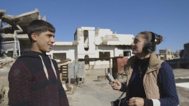 Programme: В частично оккупированном ИГ городе не севере Сирии молодая журналистка вместе с подругой создает любительскую радиостанцию. Несмотря на опасность, девушки сообщают жителям последние новости о войне с террористами и жизни Кобани. Режиссер: Ребер Дорски. Нидерланды, 2017. 70 мин.
