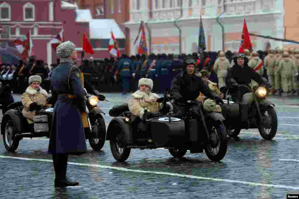 Для советских властей масшатбный парад был важным стратегических ходом для подъема духа в стране