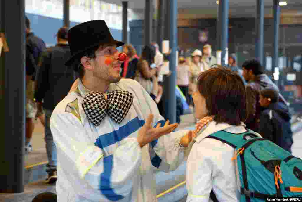 К самым маленьким приходит клоун, который каждый день развлекает детей