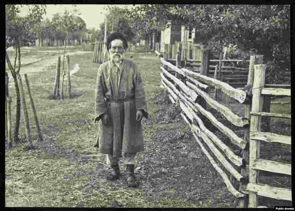 Старик-крестьянин из деревни Дубое в Пинском районе, это одна самых известных полесских деревень и самое старое село района