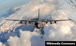 Штурмовик Lockheed AC-130, такие же, если верить словам официального представителя Пентагона, были задействованы при отражении нападения на нефтеперерабатывающий завод под Дейр-эз-Зором