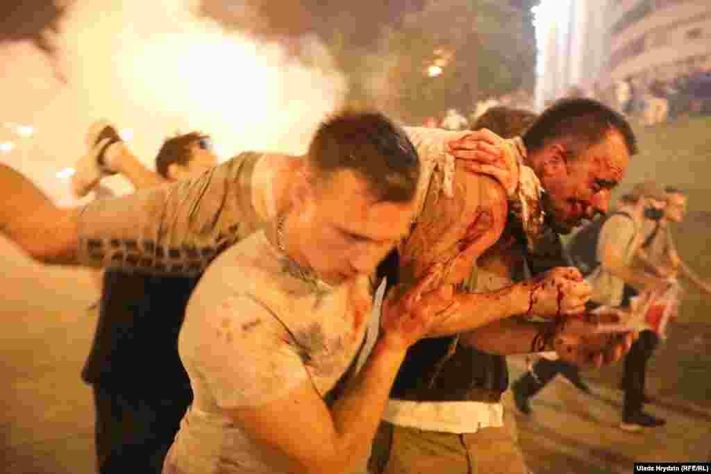 В Минске столкновения ОМОНа с протестующими начались у стелы на проспекте Победителей. Там силовики использовали светошумовые гранаты и слезоточивый газ, а также пригнали в этот район водомет