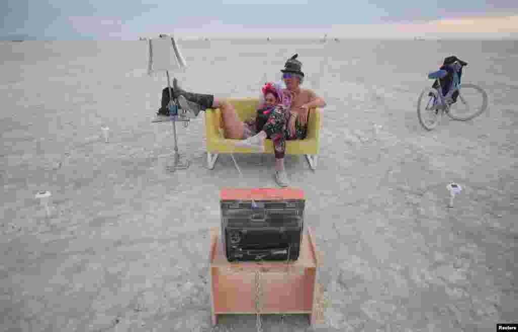 На восемь дней посреди пустыни вырастает палаточная деревня, где царит дружественная атмосфера гуманизма, почти не используются деньги и отсутствует связь. По окончании фестиваля следы человеческого пребывания полностью исчезают