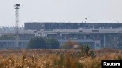 Здание аэрпорта в Донецке с украинским флагом на крыше