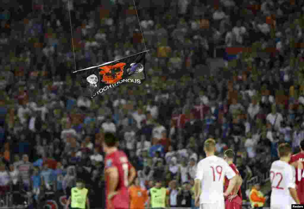"""Когда дрон приблизился к футбольному полю, стало ясно, что на нем висит эмблема """"Великая Албания"""", которую используют и в Косово"""