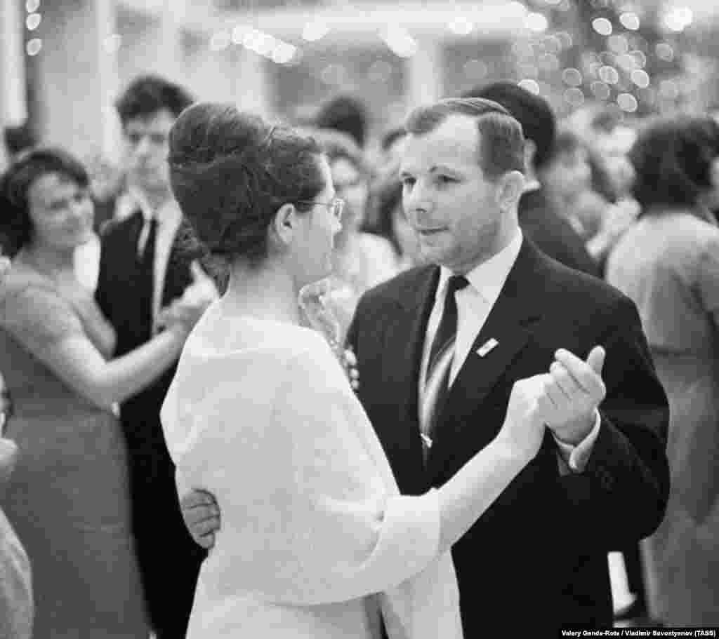 Гагарин с супругой Валентиной на новогоднем балу в Кремлевском дворце съездов, 1 января 1965 года