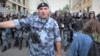 Участника субботних протестов арестовали за брошенную в омоновца урну. Ему грозит пять лет колонии