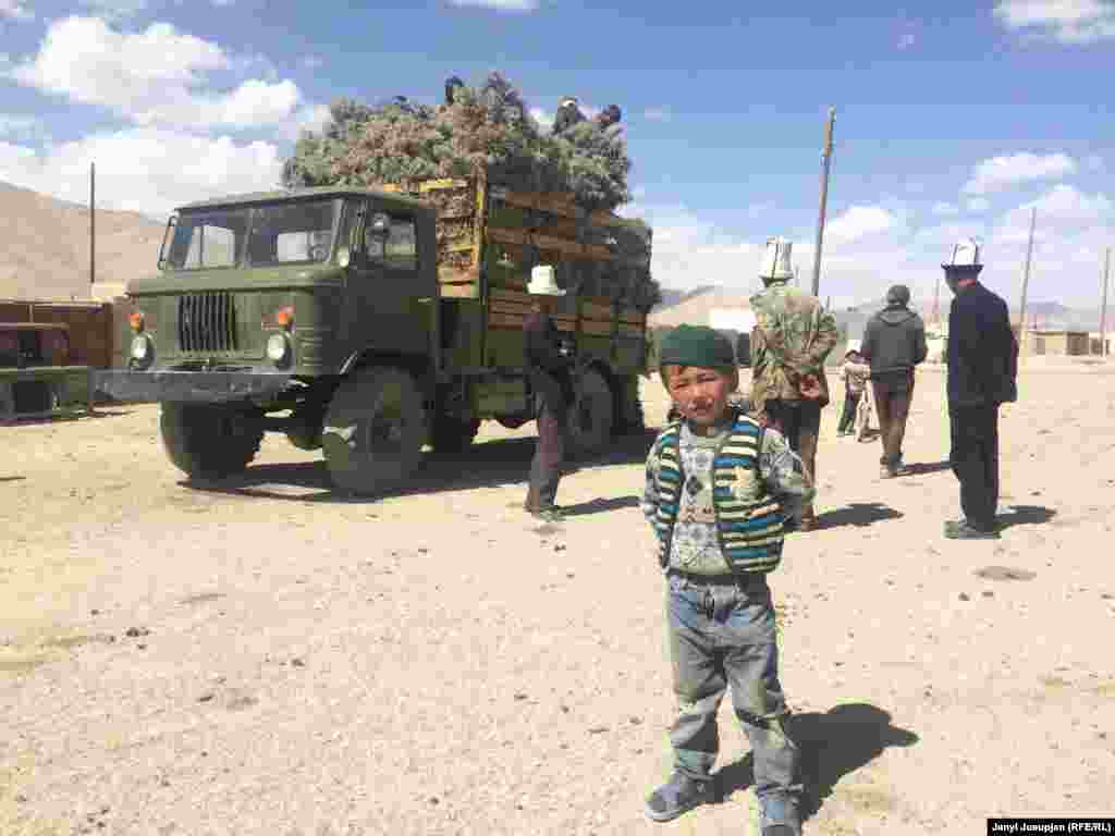 Топят дома и готовят еду с помощью кустов терскен. Власти Таджикистана запрещают вырубать эти кустарники, но для жителей далекого села с холодными зимами они сделали исключение