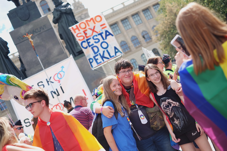 ЛГБТ-прайд в Праге, 5 августа 2018 года. Надпись на транспаранте: «Гомосекс — это путь в ад»