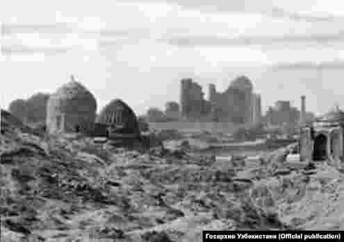 Вид из Шахи Зинды на мечеть Биби-Ханым.Фотография слева сделана в конце XIX века.