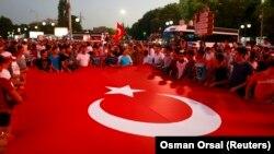 Сторонники Эрдогана на демонстрации перед Парламентом Турции