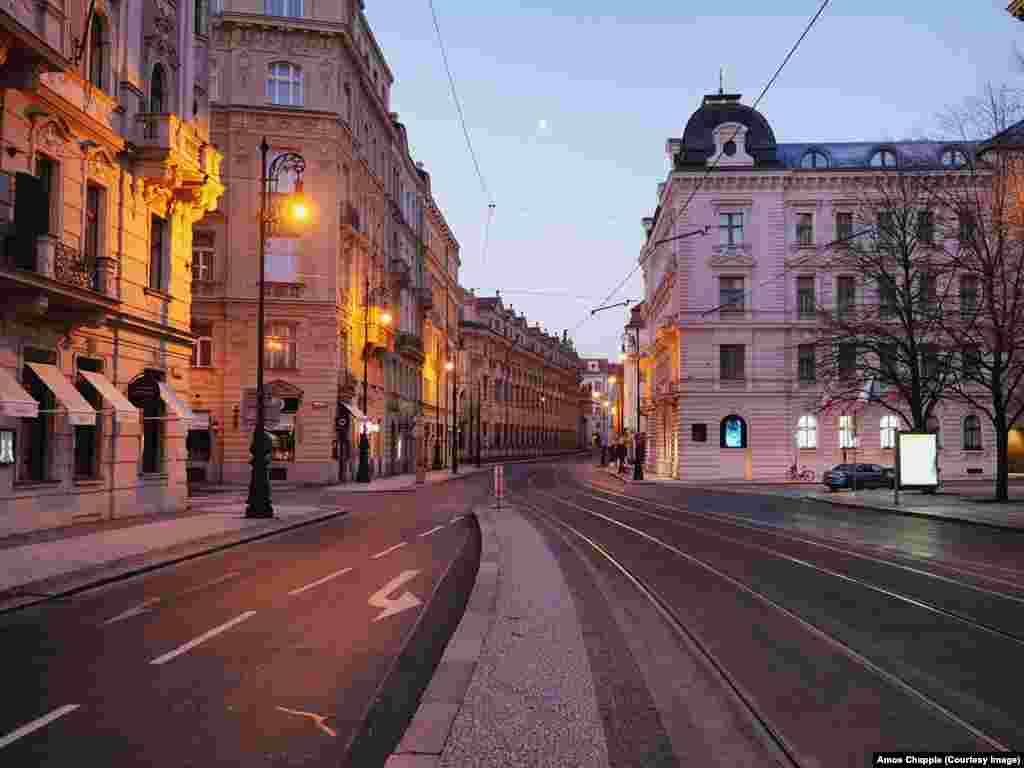 Пустые улицы в туристической зоне Праги. В Чешской Республике по состоянию на 24 марта зарегистрировано порядка 1300 зараженных коронавирусом, из них умерли двое