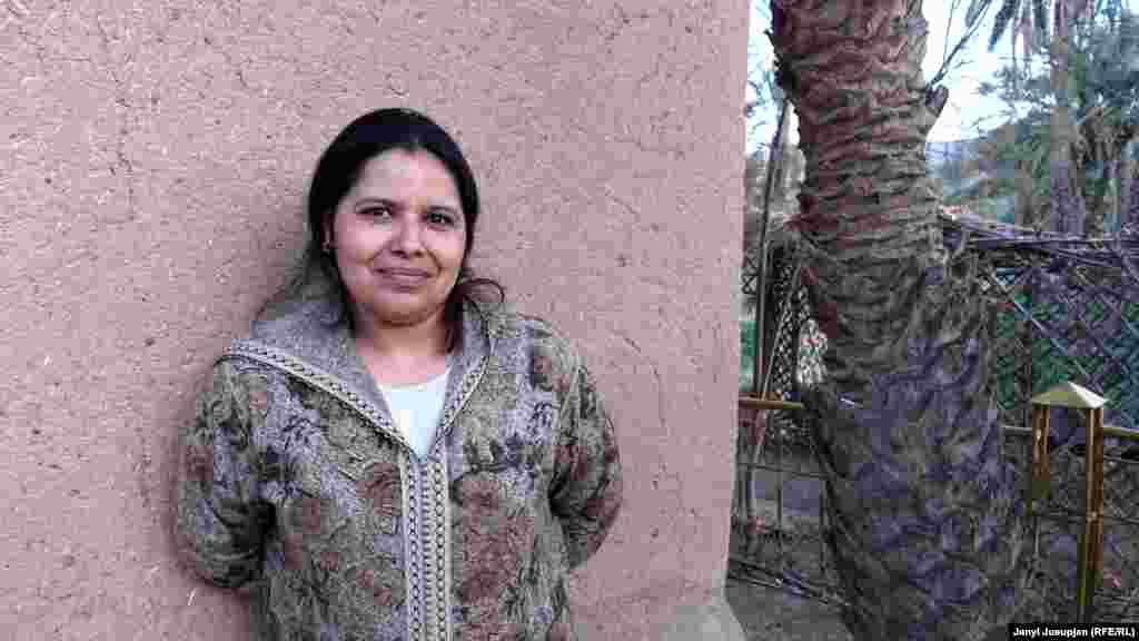 """Келтум – хозяйка гостиницы """"Итран"""". Ее муж постоянно находится в гостинице, но основную работу делает Келтум. У них трое детей. Она рада, что дети учатся в местных школах – она не хотела бы их далеко отпускать. Антропологи утверждают, что у берберских кочевников – матриархат, то есть всем заведует жена. В Марокко женщины часто одеваются в традиционную одежду и покрывают головы"""