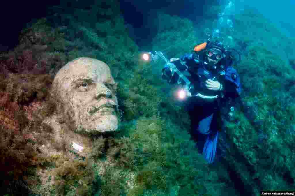 Некрасов, профессиональный подводный фотограф вспоминает, что впервые наткнулся на скульптуры в 2000 или 2001 году