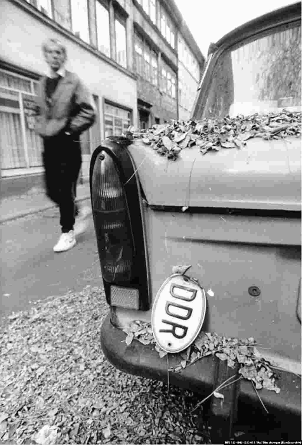 """Социалистический блок с годами беднел, любое малейшее изменение в дизайне """"Трабанта"""" требовало остановки и переделки всей сборочной линии и прессов для дуропласта. И в то время как западные и японские машины продолжали меняться и улучшаться, """"Трабанты"""" выезжали с завода десятилетиями без изменений."""