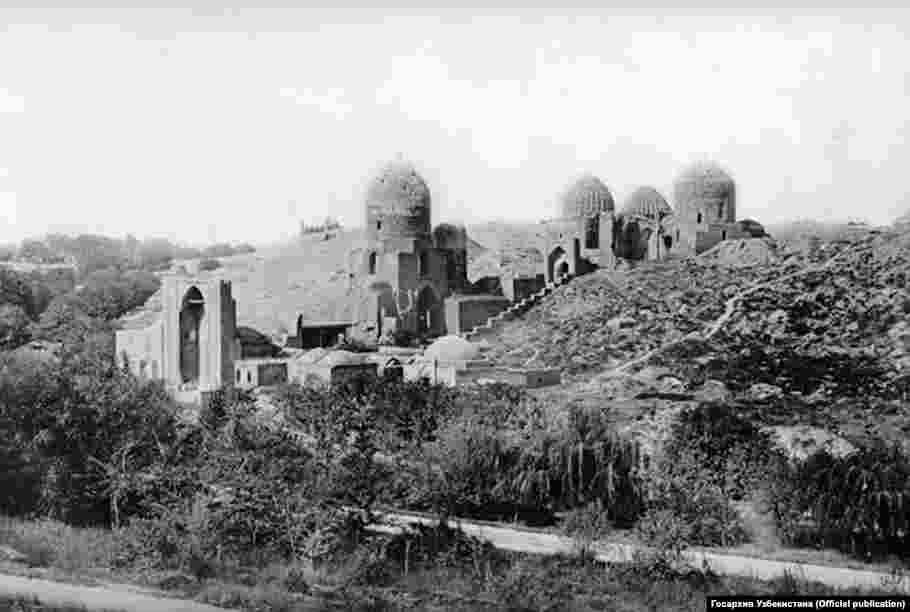Вход в комплекс мавзолеев Шахи Зинда.Фотография слева сделана в конце XIX века.