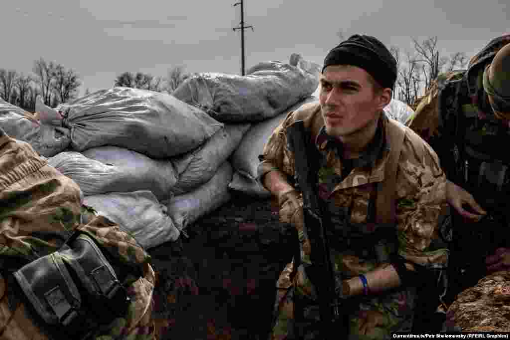 """Украинский батальон """"Азов"""" занял позиции вблизи села Широкино в Донецкой области. 18 апреля 2015"""