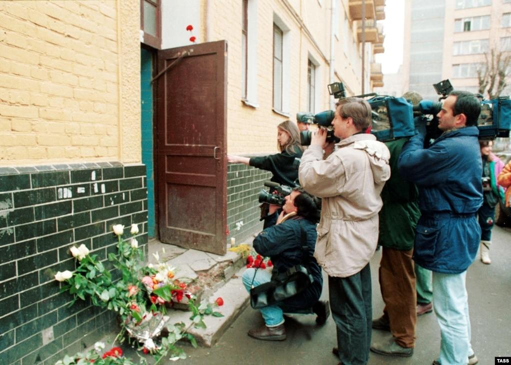 Съемочные группы у подъезда дома, где жил и трагически погиб Владислав Листьев. Фото: ТАСС