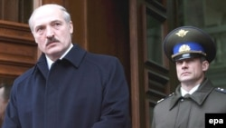 Президент Александр Лукашенко и руководитель службы охраны президента Николай Латышенок, 14 декабря 2007 года