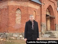 Михаил Никулин у закрытой кирхи в Лаврах