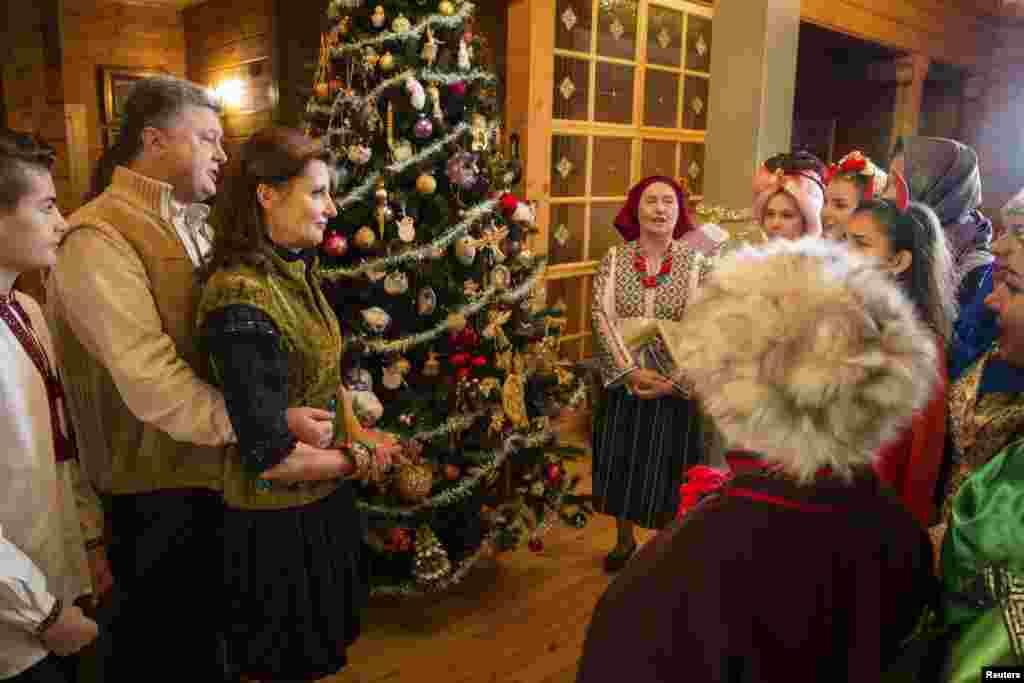Президент Украины Петр Порошенко с супругой на праздновании Рождества. Ивано-Франковская область, Украина