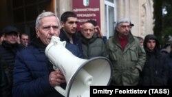Митингующие у здания администрации президента Абхазия в Сухуме. 10 января 2019