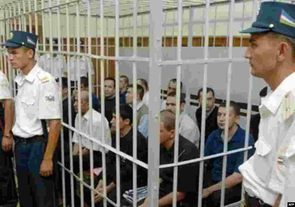 """Власти Узбекистана отправили за решетку несколько людей - представители ООН и западные правозащитники назвали этот шаг """"показательным процессом"""""""